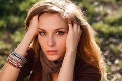 Mãos tristes da menina no close up do cabelo Fotos de Stock
