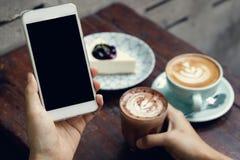 Mãos usando Smartphone fotos de stock