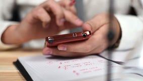Mãos usando Smartphone filme