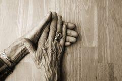 Mãos velhas Imagens de Stock
