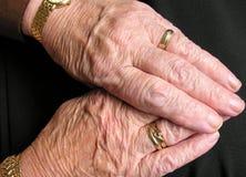 Mãos velhas Fotos de Stock