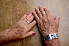 Mãos velhas dos pares Foto de Stock
