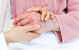 Mãos velhas e novas no cobertor branco fotos de stock royalty free