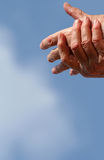 Mãos velhas em um céu para trás Fotografia de Stock Royalty Free