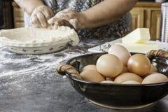 Mãos velhas que fazem a crosta de torta Fotografia de Stock