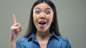 Mądrze Azjatycka kobieta ma dobrego pomysł, podnosi palec w górę, badanie naukowe zbiory wideo