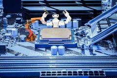 Mądrze robot i przemysłowy mechaniczny spawalniczy działanie z jednostka centralna procesorem na pecet płyty głównej pojęciu obraz stock
