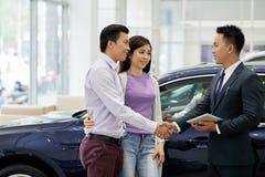 Męża i żony kupienia samochód fotografia stock