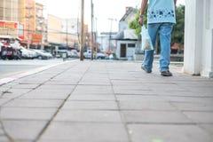 Mężczyźni chodzą na footpath z nieść ptasiego jedzenia torby obrazy stock