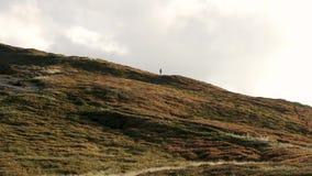 Mężczyźni chodzi na górze góry zdjęcie wideo