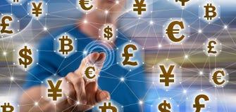 Mężczyzna dotyka waluty sieci pojęcie zdjęcie stock