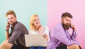 Mężczyzna i kobieta dostęp internet od wszędzie Nowożytny społeczeństwo no może wyobrażać sobie życie bez połączenie z internetem zdjęcia royalty free