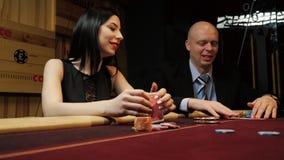 Mężczyzna i kobieta opowiada each inny bawić się grzebaka Kasynowy hazard zbiory