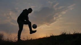Mężczyzna jest stażowym stylu wolnego bal Hacky Na zmierzchu worka sylwetki stylu wolnego pojęciu mężczyzna bawić się piłkę nożną zdjęcie wideo