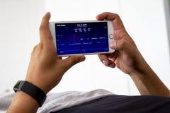 Mężczyzna monitoruje jego sen noc z app obrazy royalty free