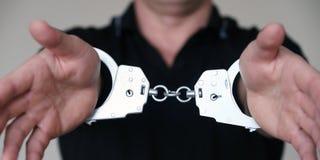 Mężczyzna przy komendą policji Kajdanki na nadgarstkach zatrzymujący mężczyzna obraz royalty free