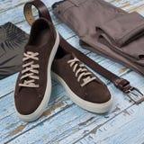Mężczyzna przypadkowy strój Mężczyzn buty, odzież i akcesoria na drewnianym tle, - cajgi, koszula, sneakers, pasek Odgórny widok  fotografia stock