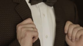 Mężczyzna przystosowywa jego kurtkę zbiory wideo