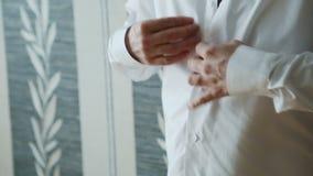 Mężczyzna przystosowywa jego kurtkę zbiory