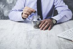 Mężczyzna ręki monety zdjęcie royalty free