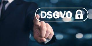 Mężczyzna ręki odciskania kędziorek DSGVO pojęcie fotografia stock