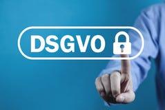 Mężczyzna ręki odciskania kędziorek DSGVO pojęcie obraz stock