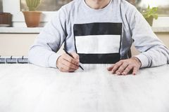 Mężczyzna ręki pióro na biurku zdjęcie stock