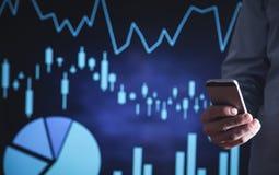 mężczyzna smartphone używać Biznesowy przyrost, inwestycja Online rynek papierów wartościowych zdjęcia stock
