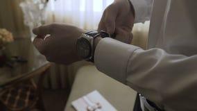 Mężczyzna spina zegarek na jego ręce zbiory wideo