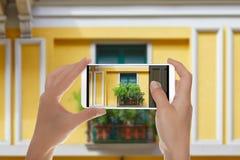 Mężczyzna strzela fotografię okno w Mediolan obrazy royalty free