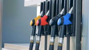 Mężczyzna usuwa jeden benzynowe krócicy Benzyna, gaz, paliwo, ponaftowy pojęcie zdjęcie wideo