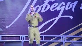 Mężczyzna w jednolitym śpiewie na scenie zbiory