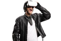 Mężczyzna w skórzanej kurtki dopatrywaniu na VR słuchawki obraz royalty free
