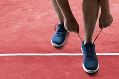 Mężczyzna wiąże działających buty na bieżnym śladzie obrazy stock