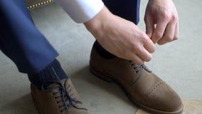 Mężczyzna wiąże shoelaces zbiory