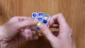 Mężczyzna wręcza przyśpieszony próbować rozwiązywać Rubik sześcian z round twarzami zbiory