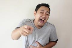 Mężczyzny łobuza roześmiany Ciężki wyrażenie i Wskazywać Naprzód zdjęcia stock