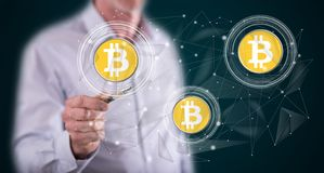 Mężczyzny bitcoin waluty wzruszający pojęcie zdjęcie stock