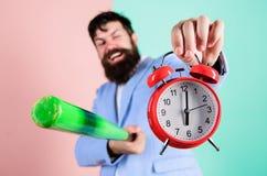Mężczyzny kostiumu chwyta kij bejsbolowy w rękach i zegar Biznesowy dyscypliny pojęcie Czas dyscyplina i zarządzanie dyscyplina obrazy royalty free