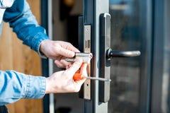 Mężczyzny odmieniania sedno drzwiowy kędziorek zdjęcie royalty free