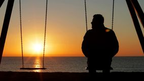 Mężczyzny samotny kołyszący patrzeje puste siedzenie zdjęcie wideo