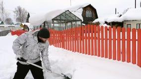 Mężczyzny trow śnieg z łopatą zbiory