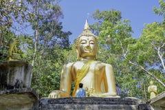 Męscy turyści uwielbiają Buddha statuę w popołudniowej, Dużej Buddha statui, obrazy royalty free