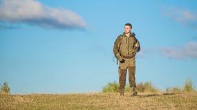 Męska hobby aktywność Mężczyzny myśliwy niesie karabinowego niebieskiego nieba tło Doświadczenie i praktyka pożyczamy sukcesu pol fotografia stock
