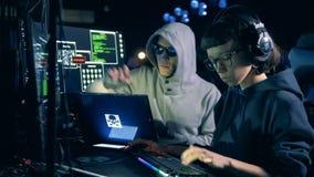 Męski hacker pracujący pomaga żeński jeden podczas gdy zbiory