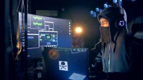 Męski hacker w masce łama w system zbiory wideo