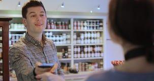 Męski klient Robi Contactless zapłacie Dla Robić zakupy zbiory wideo