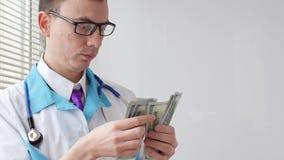 Męski lekarz medycyny liczy sto dolarów banknotów zdjęcie wideo