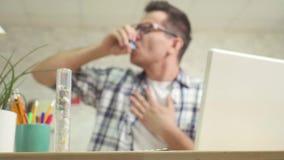 Męski w średnim wieku używa astmatyczny inhalator zamknięty w górę zdjęcie wideo