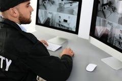 Męskie pracownika ochronego monitorowanie domu kamery obrazy stock